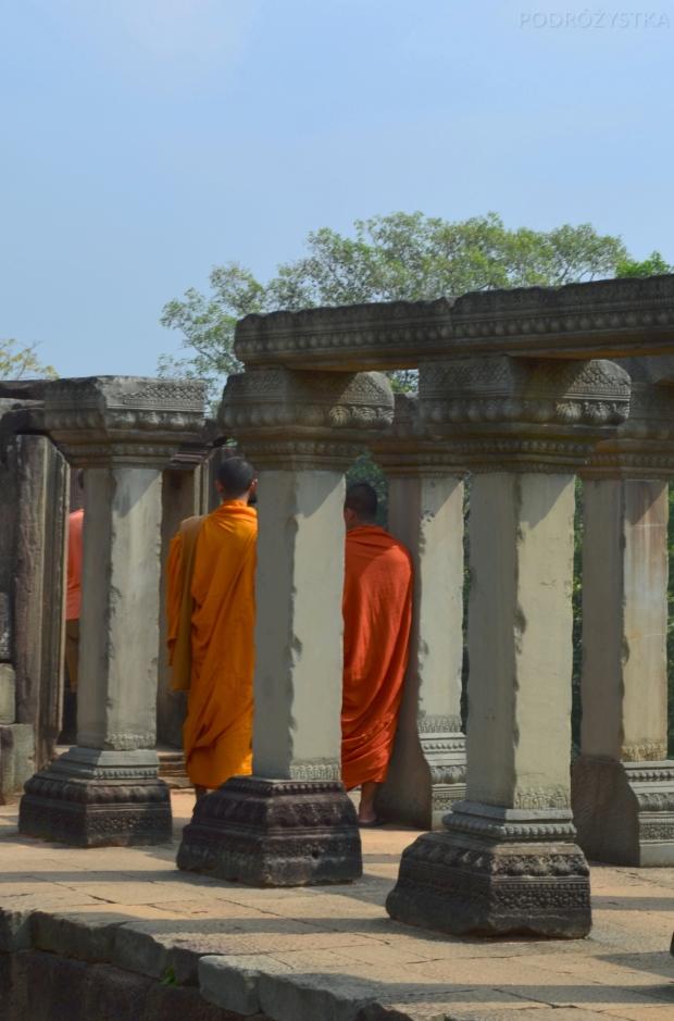 Kambodża, Siem Reap, mnisi na szczycie świątyni Baphoun