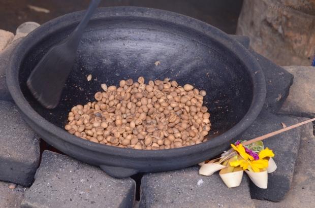 Indonezja, wyspa Bali, Laksmi Bali Agro Tourism, palenie oczyszczonych ziaren kawy