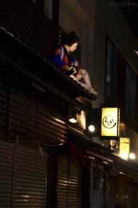 Japonia, Tokio, okolice świątyni Senso-ji, figurka gejszy na dachu straganu