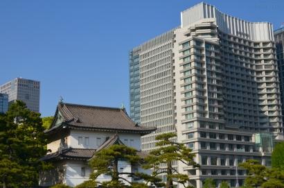 Japonia, Tokio, budynki Pałacu Cesarskiego, a w tle nowoczesne Tokio