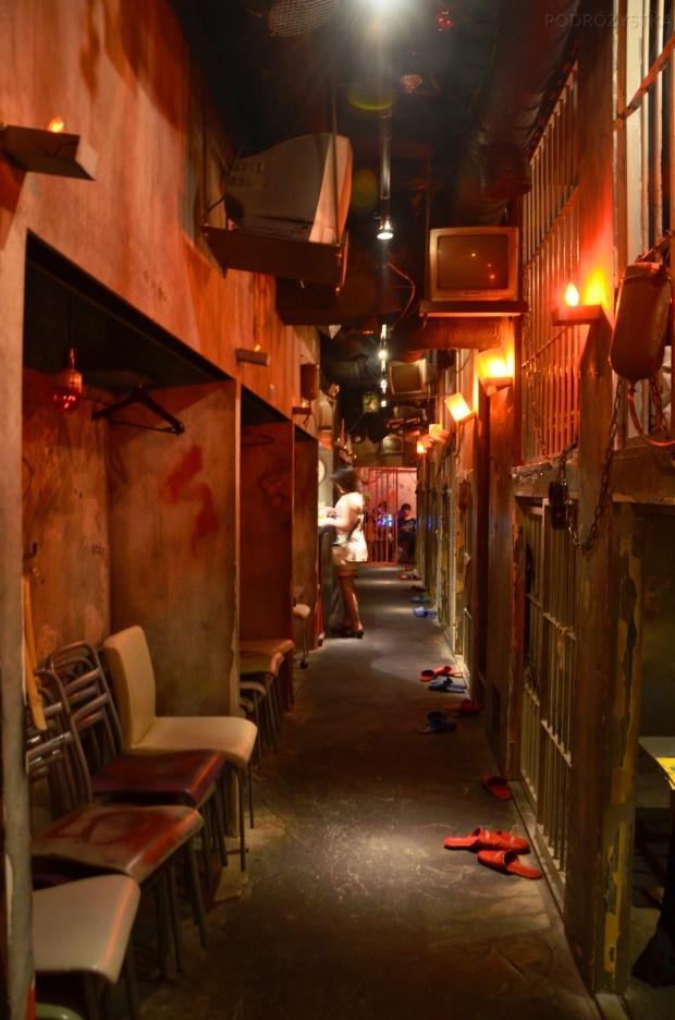 Japonia, Tokio, korytarz w pubie korytarz w Alcatraz E.R.