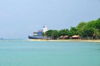 Singapur, wyspa Kusu, kontenerowiec tuż obok plaży
