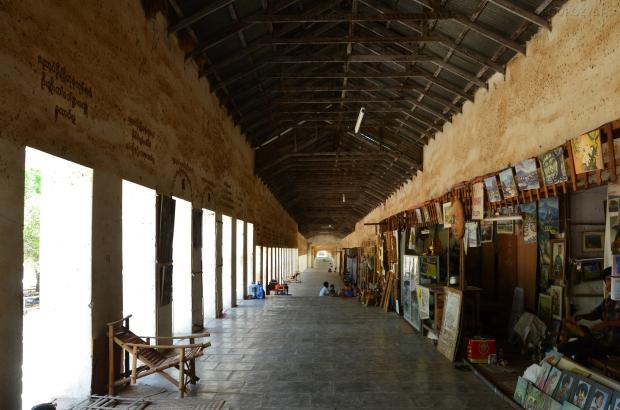 Birma (Mjanma), Bagan, korytarz ze straganami prowadzący do Shwe Zigon Zedi Pagoda