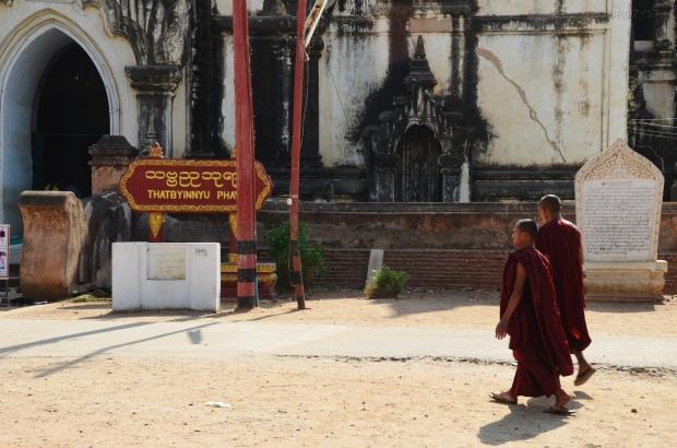 Birma (Mjanma), Bagan, mnisi pod Thatbyinnyu Phaya