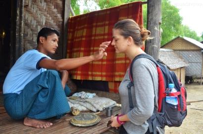Birma (Mjanma), Mingun, Kasia podczas nakładania Thanaki na progu lokalnej chatki