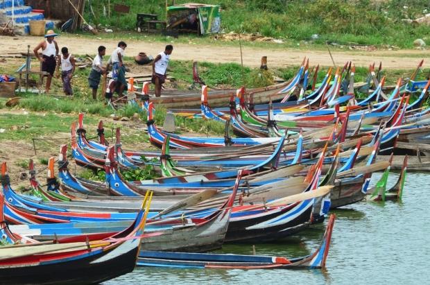 Birma, Amarapura, lokalne czółenka przy U-Bein Bridge