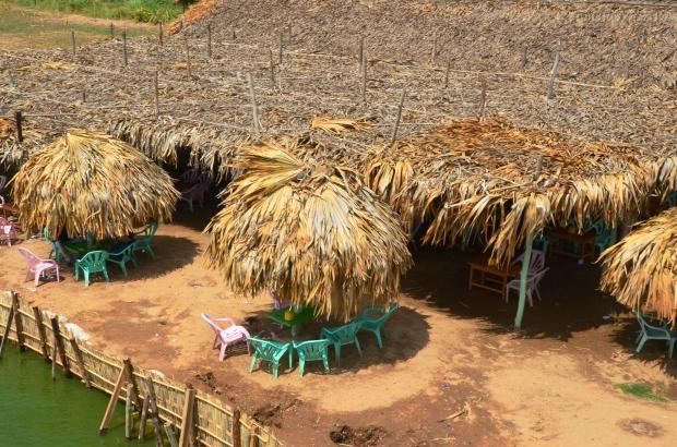 Birma, Amarapura, okolice U-Bein Bridge - może drinka pod parasolem?