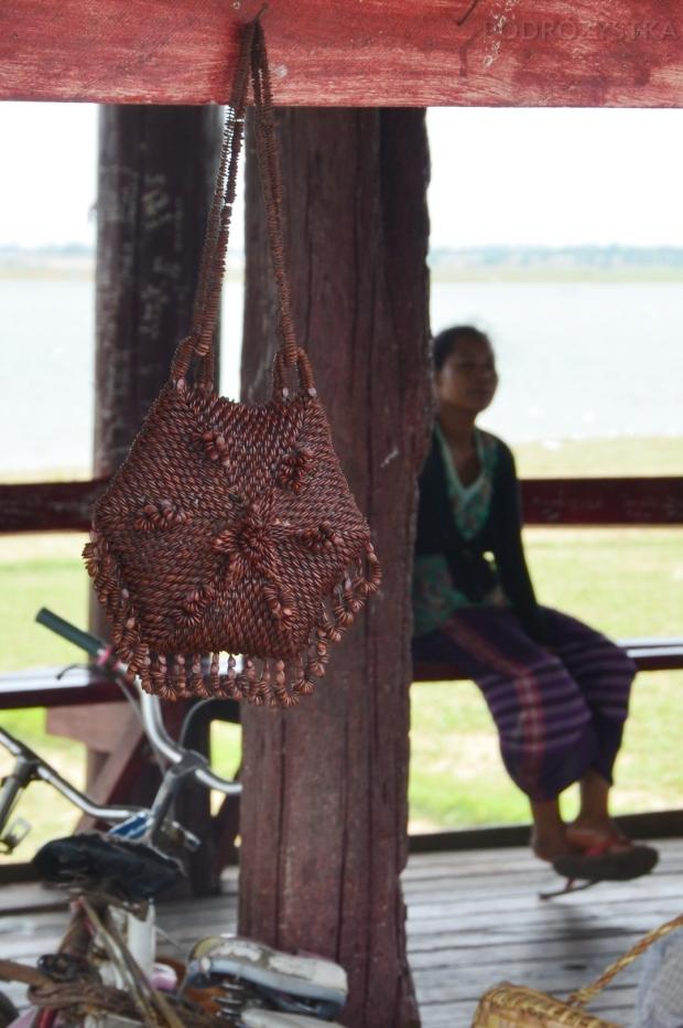 Birma, Amarapura, U-Bein Bridge, lokalny souvenir – torebki i biżuteria zrobione z pestek arbuza