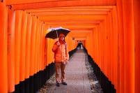 Japonia, Kyoto, Fushimi Inari-taisha, Maciek w tunelu z torii