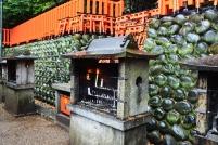Japonia, Kyoto, Fushimi Inari-taisha, M: parz, przerobili grille na świeczniki! :)