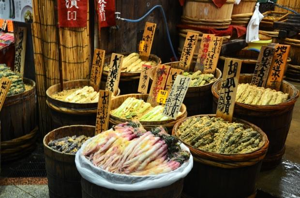 Japonia, Kyoto, Nishiki Market, warzywa w panierce/posypce z czegokolwiek