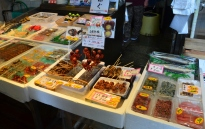 Japonia, Kyoto, Nishiki Market, ośmiorniczki z małym jajkiem w środku, chyba nie chcę wiedzieć więcej