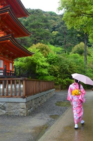 Japonia, Kyoto, kompleks Kiyomizu, kobieta w tradycyjnym kimonie obok pagody