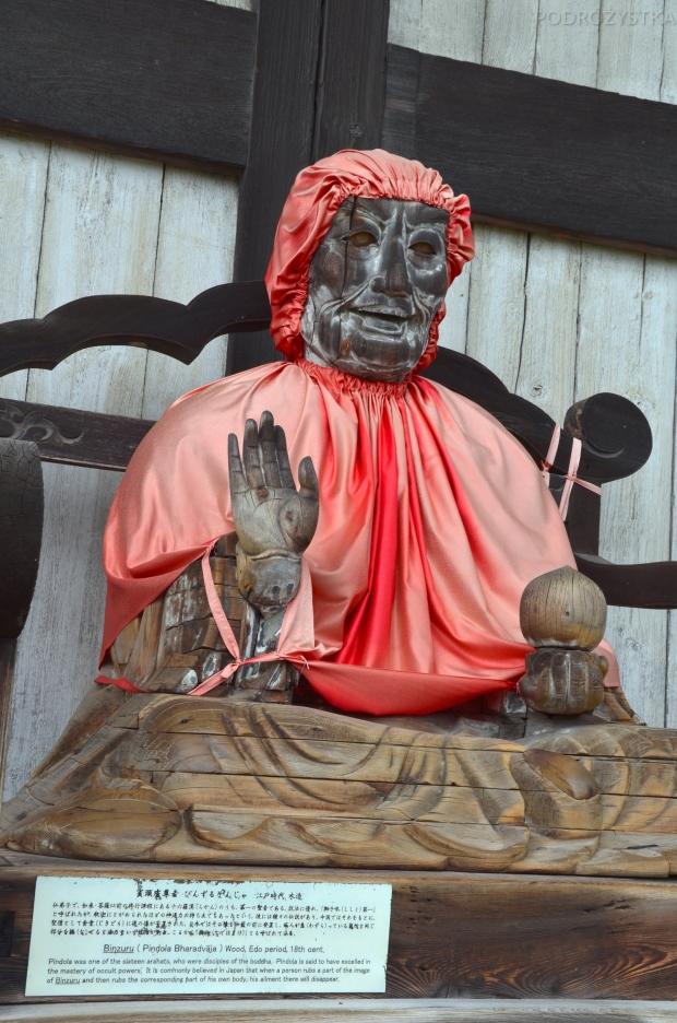 Japonia, Nara, kompleks Todai-ji, posąg Pindola (:D), podobno ma uzdrawiającą moc