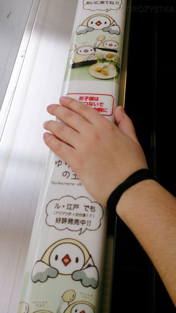 Japonia, Tokio, reklamy na poręczach ruchomych schodów