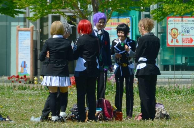 Japonia, Tokio, młodzież w parku przy Miraikan