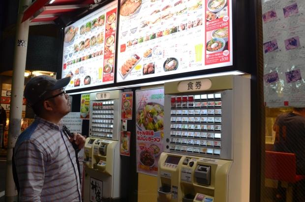 Japonia, automaty przed restauracją