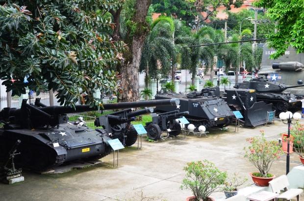 Wietnam, Ho Chi Minh City (Sajgon), War Remnants Museum - Muzeum Pozostałości Wojennych, artyleria wojskowa na dziedzińcu przed muzeum