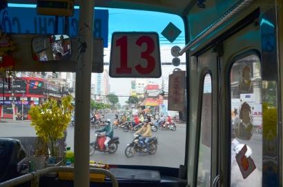 Wietnam, Ho Chi Minh City (Sajgon), szczęśliwa trzynastka (zauważcie świeże kwiaty stojące w wazonie na desce!)