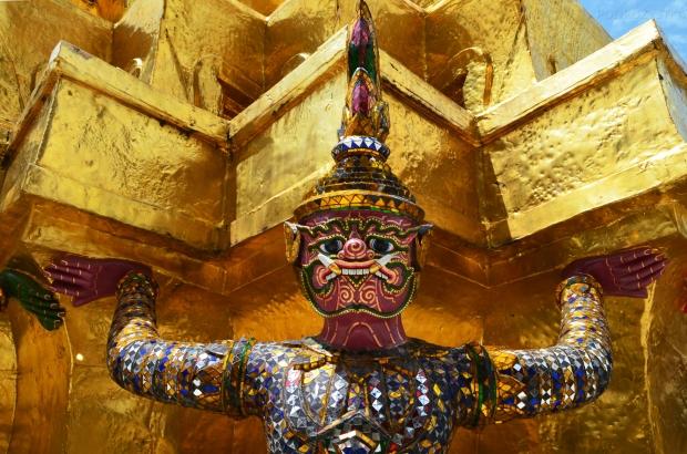 Tajlandia, Bangkok, Grand Palace - Pałac królewskiteren świątyni Wat Phra Kaew, Golden Chedi wspierana przez demony