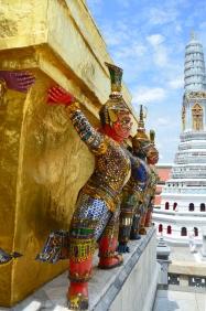 Tajlandia, Bangkok, Grand Palace - Pałac królewski, teren świątyni Wat Phra Kaew, Golden Chedi wspierana przez demony, w tle biało-niebieskawy prang