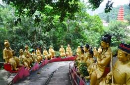 Chiny, Hong Kong, Ten Thousand Buddhas Monastery, Klasztor 10 Tysięcy Buddów, tysiące posągów Buddy prowadzące na szczyt