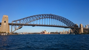 Australia, Sydney, Sydney Harbour Bridge (most na zatoce Sydney), w tle opera Sydney (Sydney Opera House)