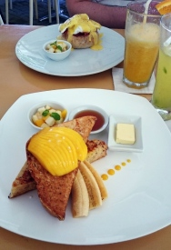 Filipiny, wyspa Boracay, tosty z mango i bananami w Lemoni Cafe and Restaurant