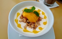 Filipiny, wyspa Boracay, granola z jogurtem i mango w Lemoni Cafe and Restaurant