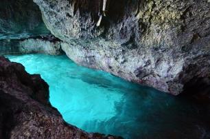 Filipiny, wyspa Magic (Magic Island) nieopodal wyspy Boracay, zatoka w jaskini