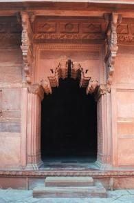 Indie, Agra, Agra Fort, jedno z bocznych wejść do Jehangiri Mahal - pałacu przeznaczonego dla kobiet z rodziny władcy