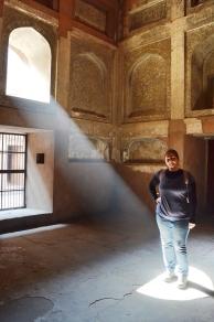 Indie, Agra, Agra Fort, promienie światła w jednym z pomieszczeń Jehangiri Mahal