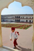 Indie, Agra, Agra Fort, sikhijski chłopiec na tle ogrodów Anguri Bagh