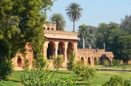 Indie, Delhi, wejścio-wyjście kompleksu Isa Khan's Tomb and Mosque (Grobowiec i Meczet Isa Khana)