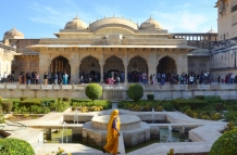 Indie, Jaipur, Amber Fort, niesamowity ogród w części pałacowej, w tle Jas Mandir