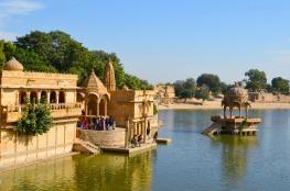 Indie, Jaisalmer, ,świątynie i kapliczki na brzegu Gadisar Lake