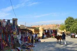 Indie, Jaisalmer, stragany obok Gadisar Lake, święte krowy i widok na Fort Jaisalmer