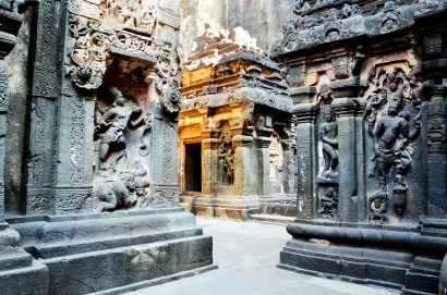 Indie, Maharasztra, okolice Aurangabad, jaskinie Ellora (Ellora Caves) - wnętrze jaskini numer 16, świątyni Kailash