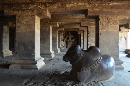 Indie, Maharasztra, okolice Aurangabad, jaskinie Ellora (Ellora Caves) - wnętrze jaskini numer 15, świątyni Dasavatara