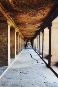 Indie, Maharasztra, okolice Aurangabad, jaskinie Ellora (Ellora Caves) - wnętrze jaskini numer 12