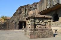 Indie, Maharasztra, okolice Aurangabad, jaskinie Ellora (Ellora Caves) - pomnik przed jaskinią numer 21