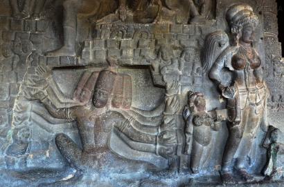Indie, Maharasztra, okolice Aurangabad, jaskinie Ellora (Ellora Caves) - rzeźby na ścianie jaskini numer 21
