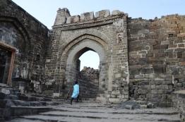 Indie, Maharasztra, okolice Aurangabad, Fort Daulatabad, wejście do fortu