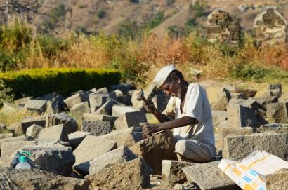 Indie, Maharasztra, okolice Aurangabad, Fort Daulatabad, prace renowacyjne w forcie