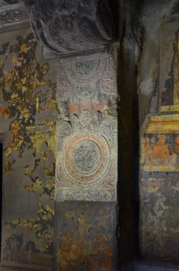 Indie, Maharasztra, okolice Aurangabad, jaskinie Ajanta, freski i zdobiona kolumna w jaskini numer 2
