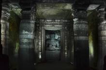 Indie, Maharasztra, okolice Aurangabad, jaskinie Ajanta, posąg Buddy w jaskini numer 1