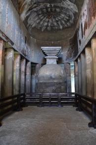 Indie, Maharasztra, okolice Aurangabad, jaskinie Ajanta, stupa w jaskini numer 9