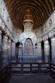 Indie, Maharasztra, okolice Aurangabad, jaskinie Ajanta, rzeźby w jaskini numer 19