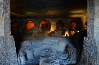 Indie, Maharasztra, okolice Aurangabad, jaskinie Ajanta, nieukończona świątynio-jaskinia numer 24