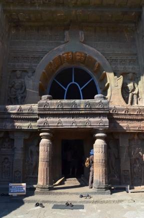 Indie, Maharasztra, okolice Aurangabad, jaskinie Ajanta, zdobione wejście do jaskini numer 19